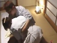 旅館でマッサージ師をしてる熟女にセックスを強要する客