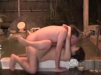 旅館のカップル風呂でセックスしてるおじさんと女の子の年の差カップル