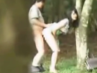 素人カップルの青姦盗撮 彼女のロングスカートをめくり上げて野外で立ちバック