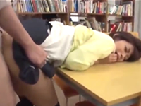 図書館で老人にレイプされて種付けされてしまう美少女女子大生