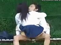 彼氏にしがみついて腰を振るJKがエロい学生カップルの青姦盗撮